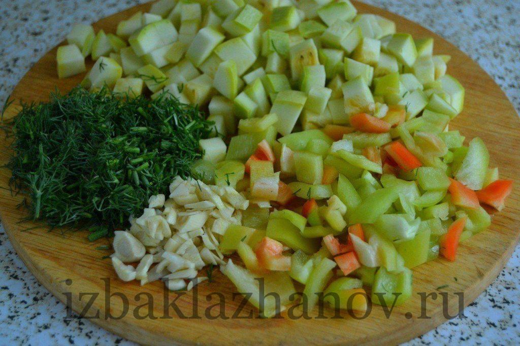 Кабачки, перец, , укроп и чеснок для салата на зиму