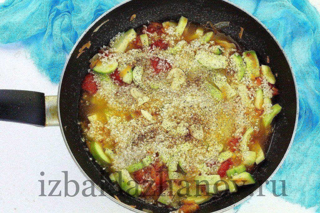 Рагу с кабачками и рисом на сковороде