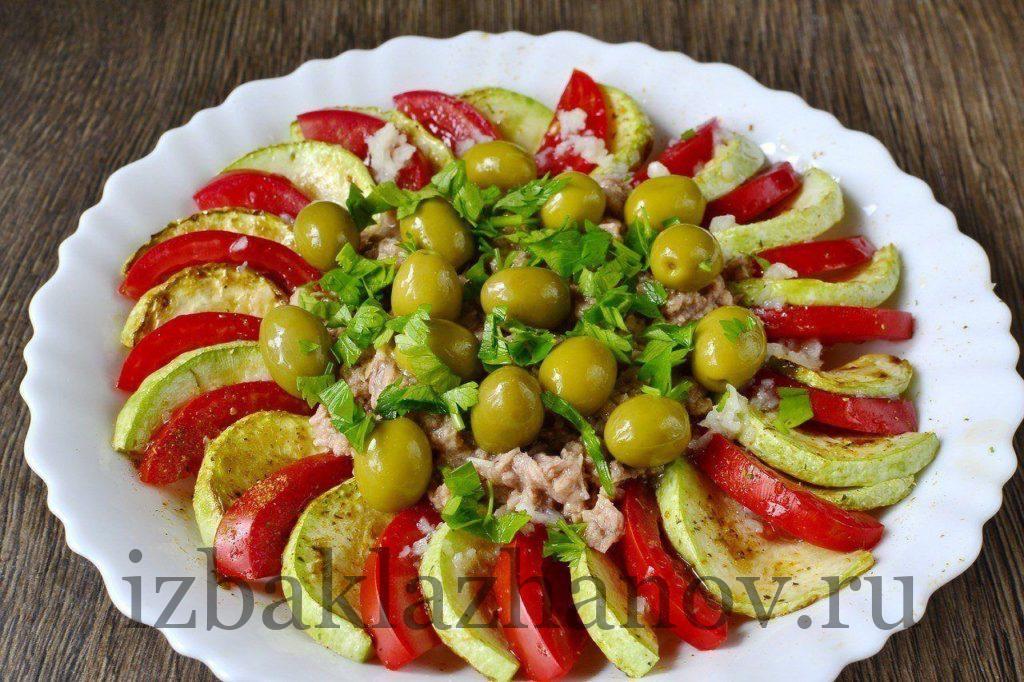 Вкусный салат из кабачков с тунцом и помидорами