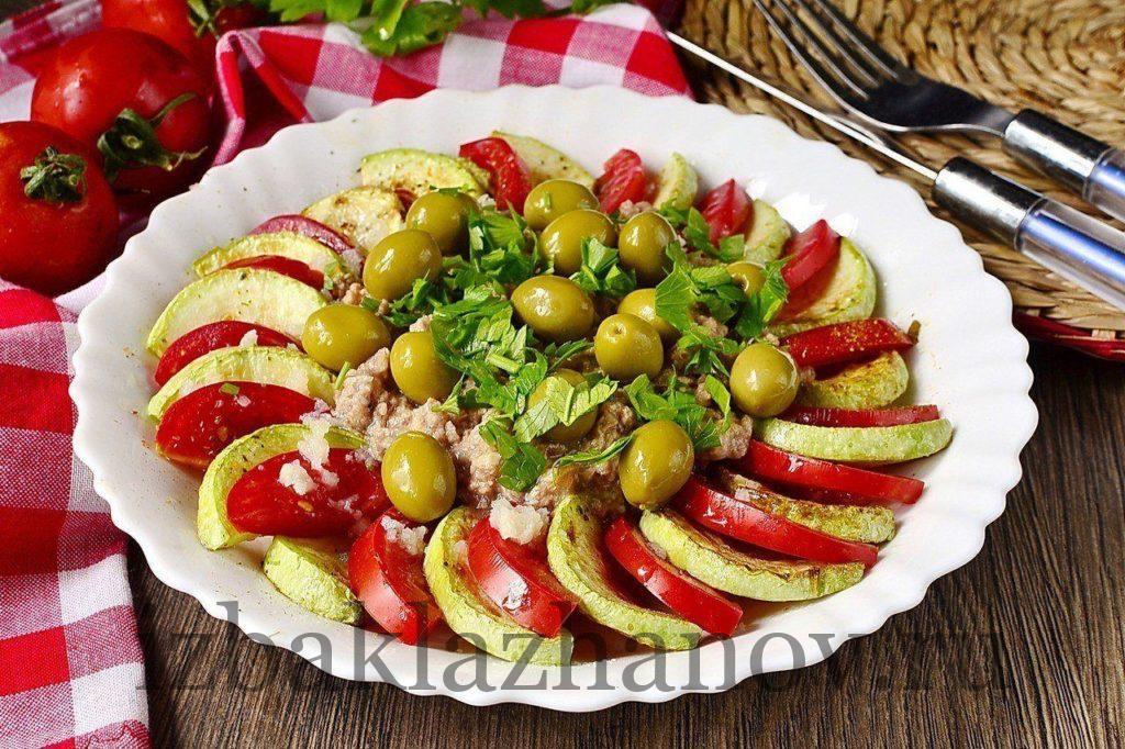 Очень вкусный салат из кабачков с тунцом и помидорами