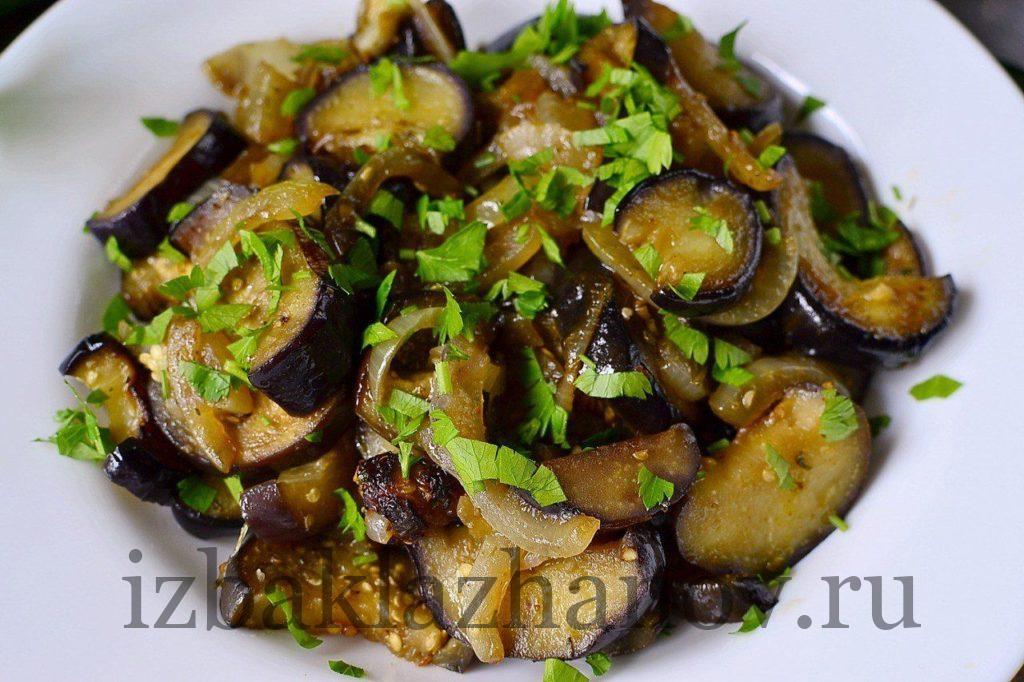 Жареные баклажаны на блюде