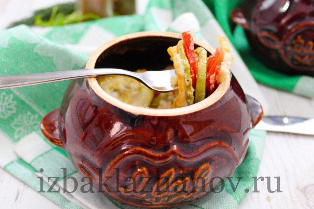 кабачки тушенные в горшочке с помидорами и егейским сыром