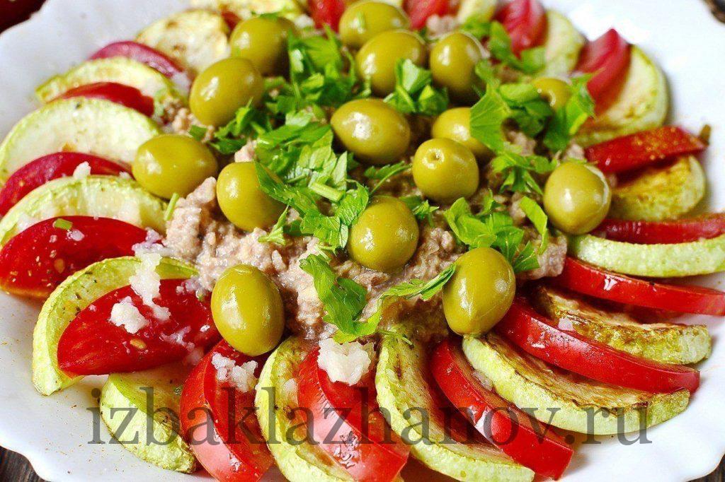 Кабачковый салат с тунцом и помидорами