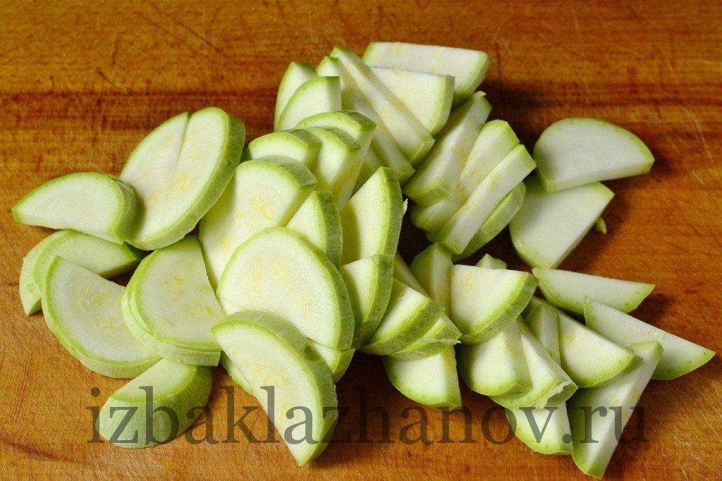Кабачок полукольцами для салата с тунцом