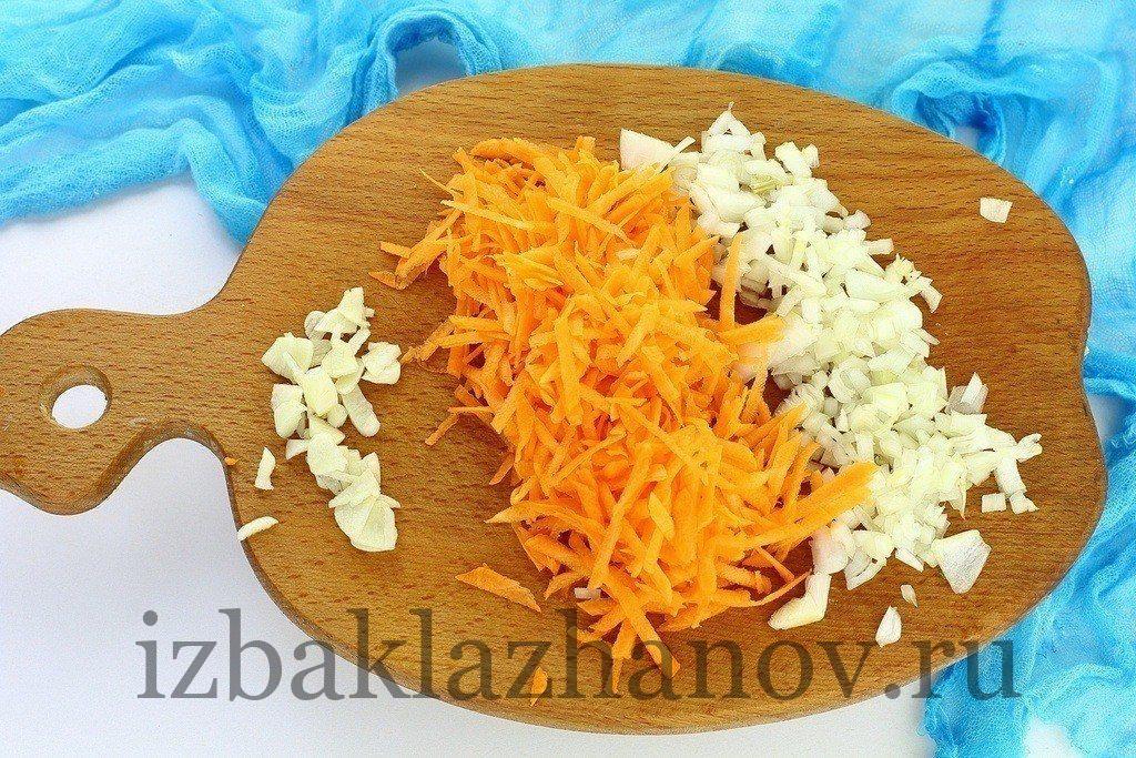 Нарезанные морковка, лук, чеснок