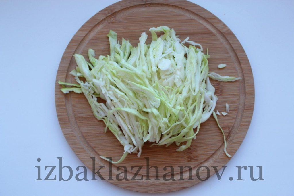 Капуста нарезана тонкими полосками для салата
