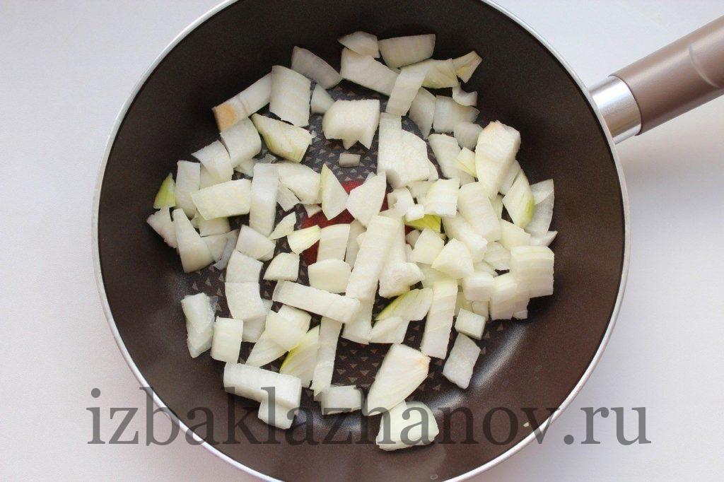 Лук на сковороде для икры из кабачков