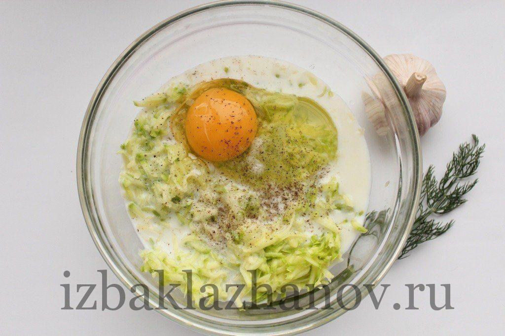 Кабачки, яйцо и молоко для блинчиков