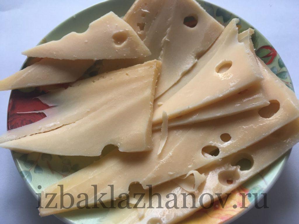 Твердый сыр нарезан пластинками