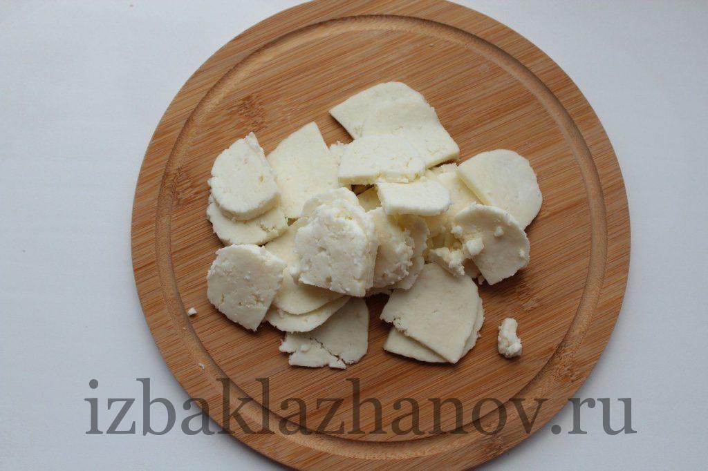 Сыр нарезан пластинками