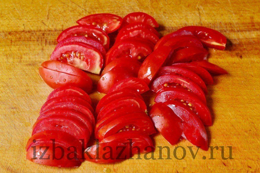 Томаты полукругами для салата с кабачками