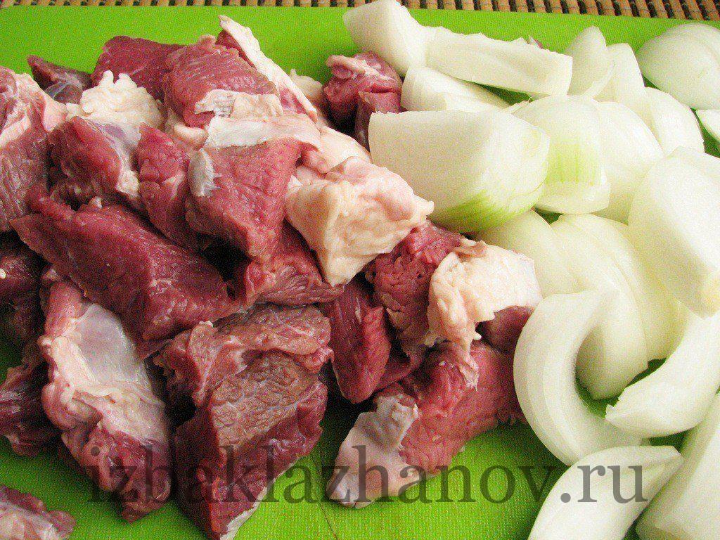 Мясо, лук и чеснок для рулетиков