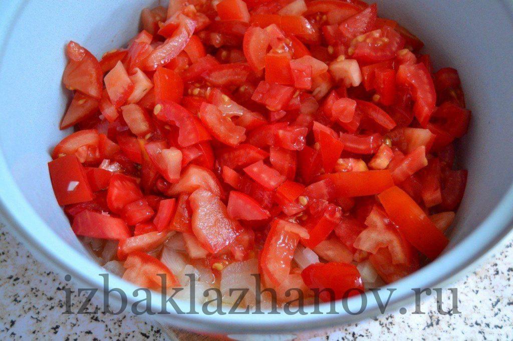 Лук и помидоры тушатся