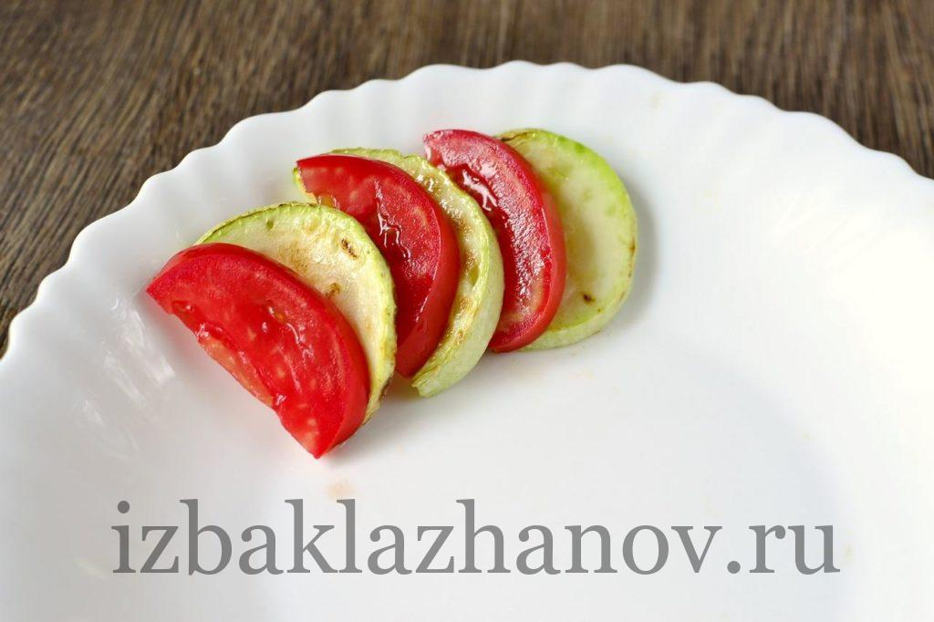 Кабачки и томаты на тарелке