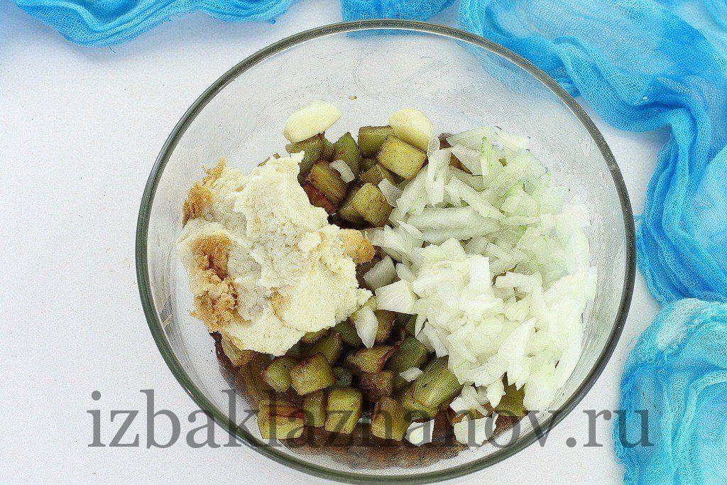 Остывшие баклажаны, отжатый от жидкости хлеб, мелко нарезанный лук и зубчики чеснока