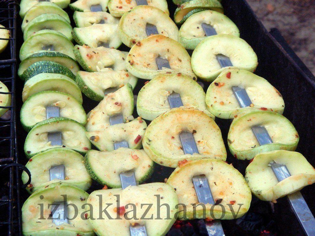 Кабачки на шампурах на мангале