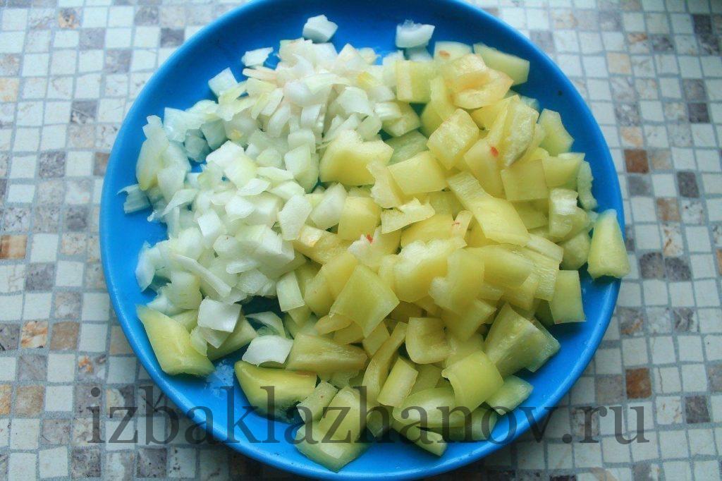Сладкий перец и лук нарезаны для салата