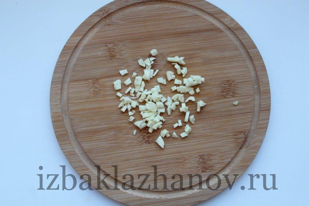 Чеснок мелкими кусочками для салата