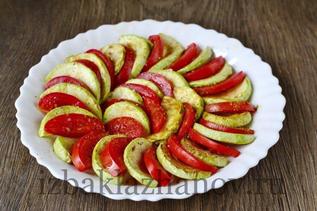 Кабачки и помидоры с перцем на тарелке