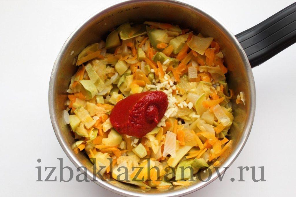 обжаренные кабачки, лук, морковь ,чеснок и томатная паста