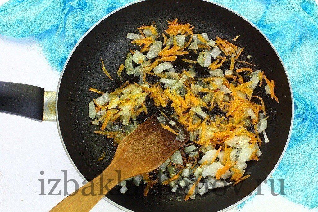 Лук и морковка на сковороде для рагу
