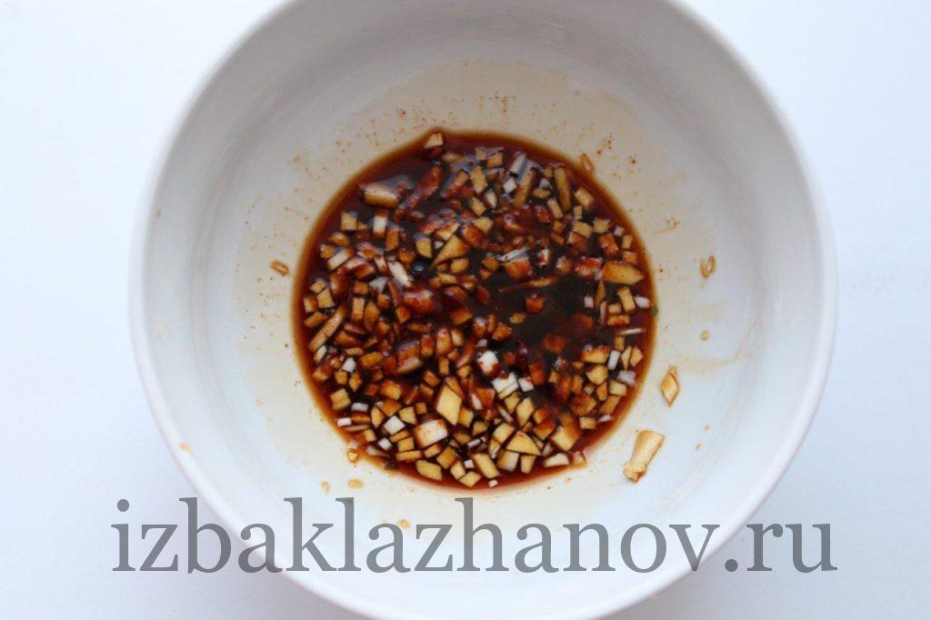нарубленный чеснок, соевый соус и красный перец