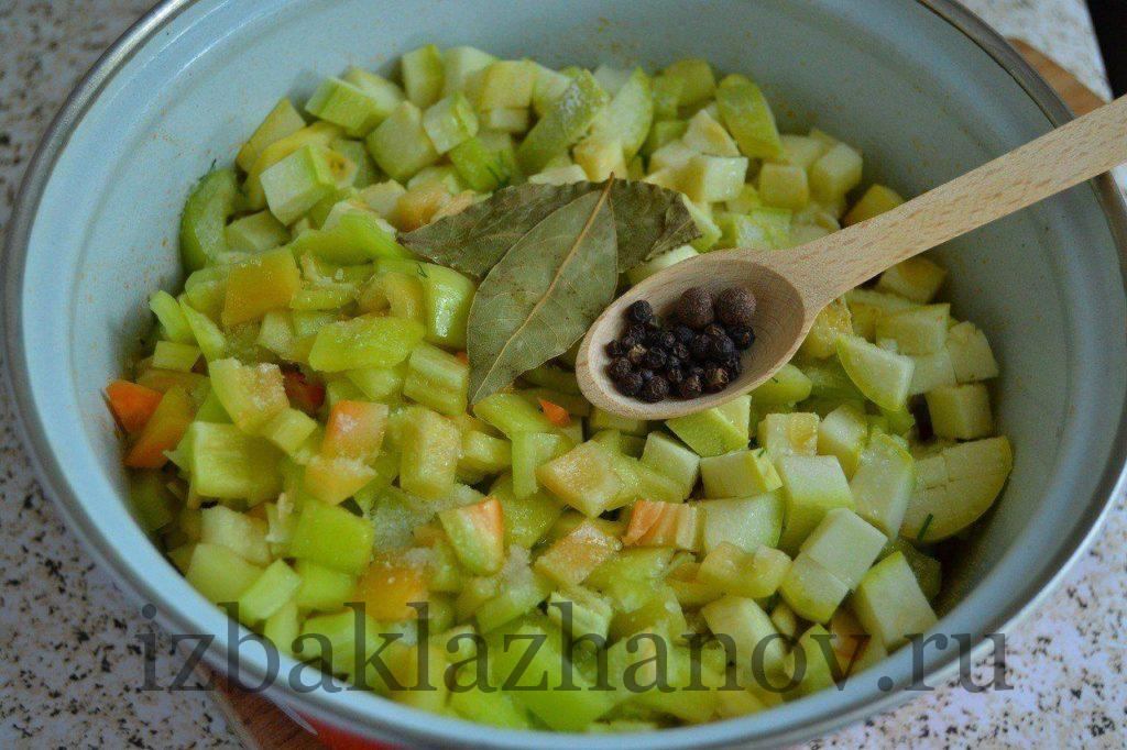 Овощи тушатся в сотейнике