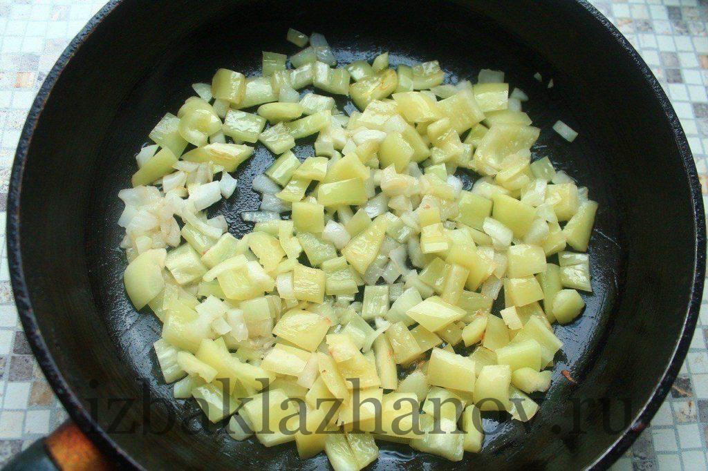 Лук и перец жарятся на сковороде