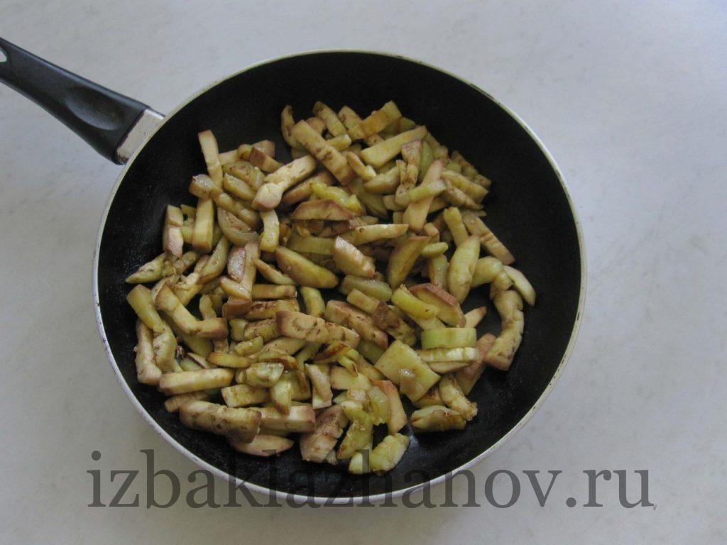 На сухой сковородке баклажаны