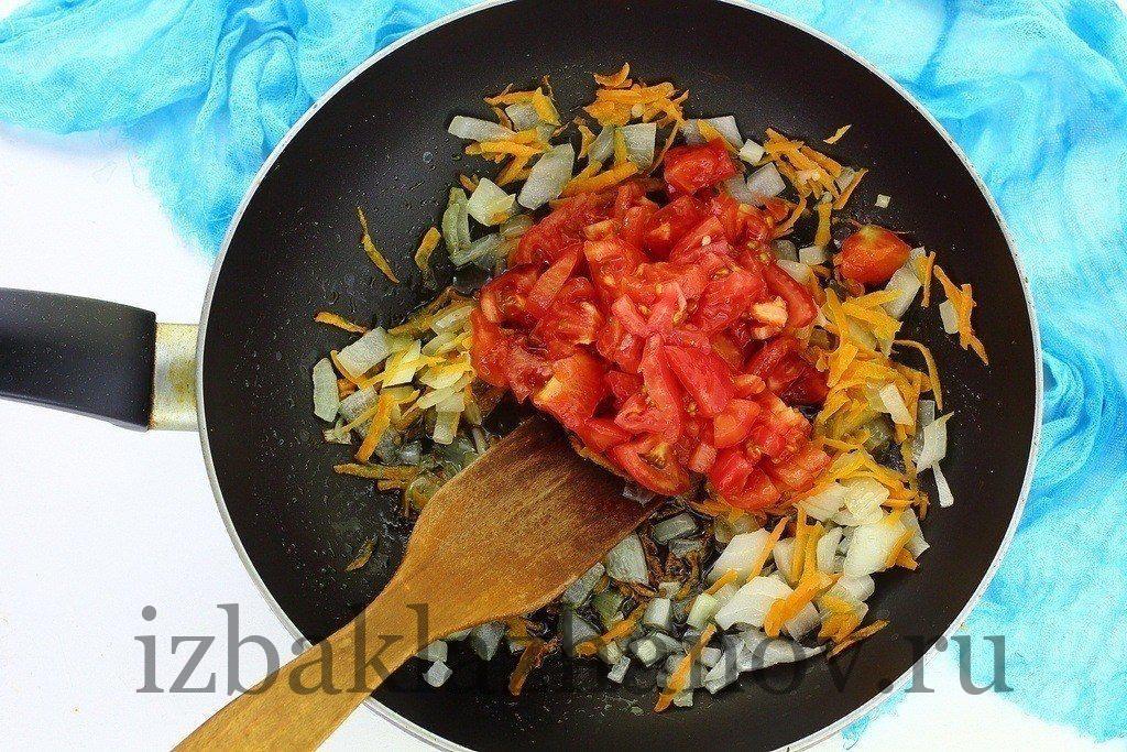 Помидоры в сковороде с луком и морковкой