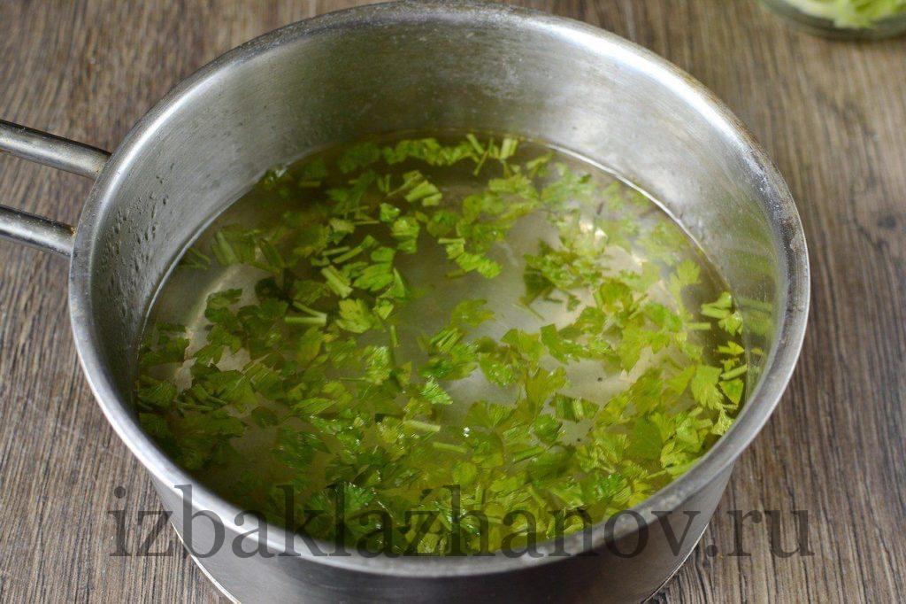 Зелень в маринаде для быстрых кабачков