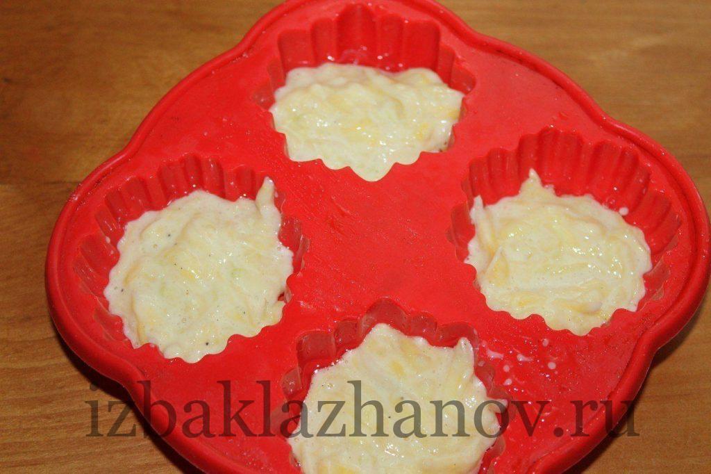 Выкладываем тесто для маффинов, заполняя формочки наполовину