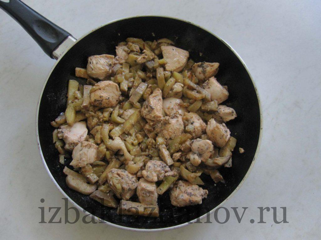Кусочки курицы с баклажанами на сковороде