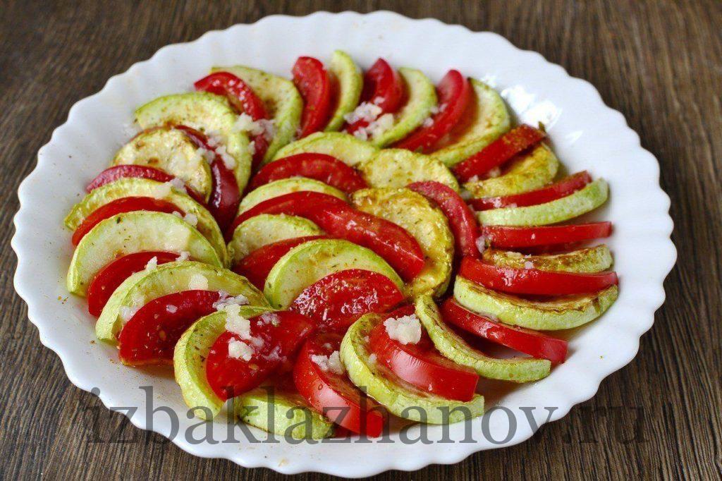 Кабачки и томаты политы соусом