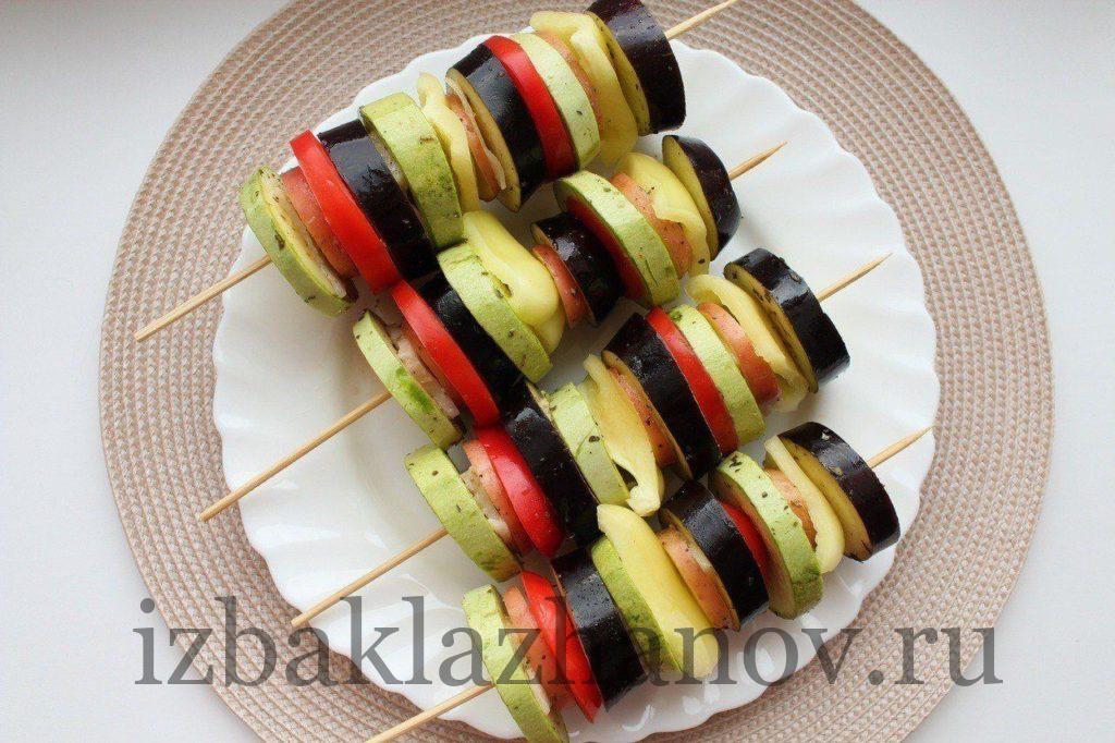 Овощи со специями вперемешку с помидорами, перцем и салом