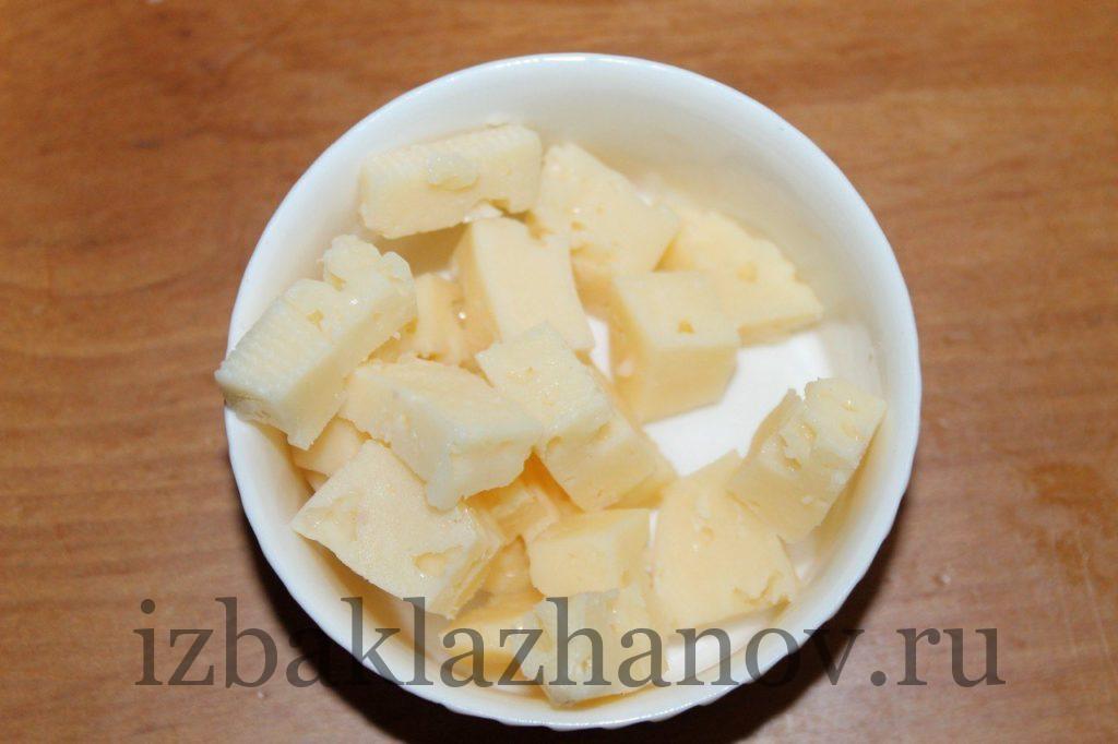 Сыр нарезан кубиками для маффинов из кабачка