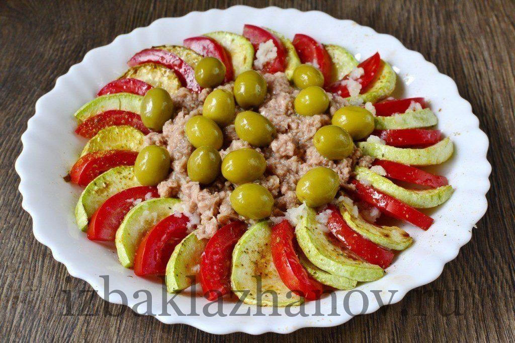 Кабачок, помидоры, тунец и оливки