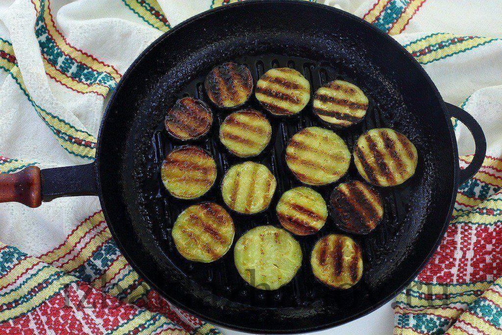 Подсоленные баклажаны обжарены на сковороде-гриль