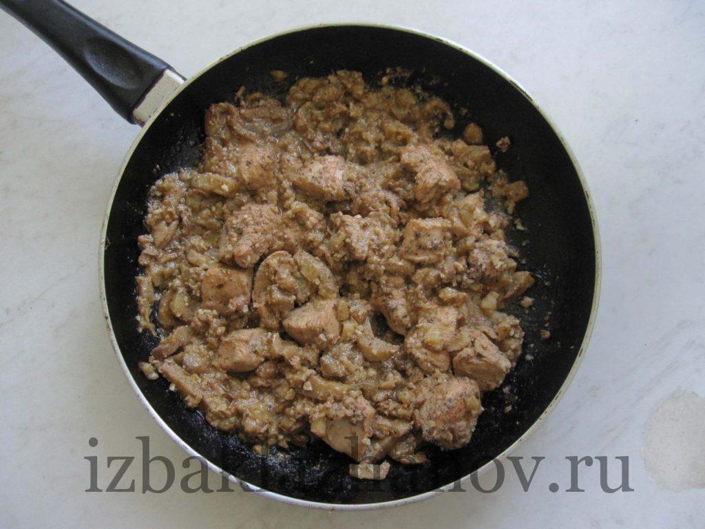 Курица в баклажанном соусе с орехами на сковороде