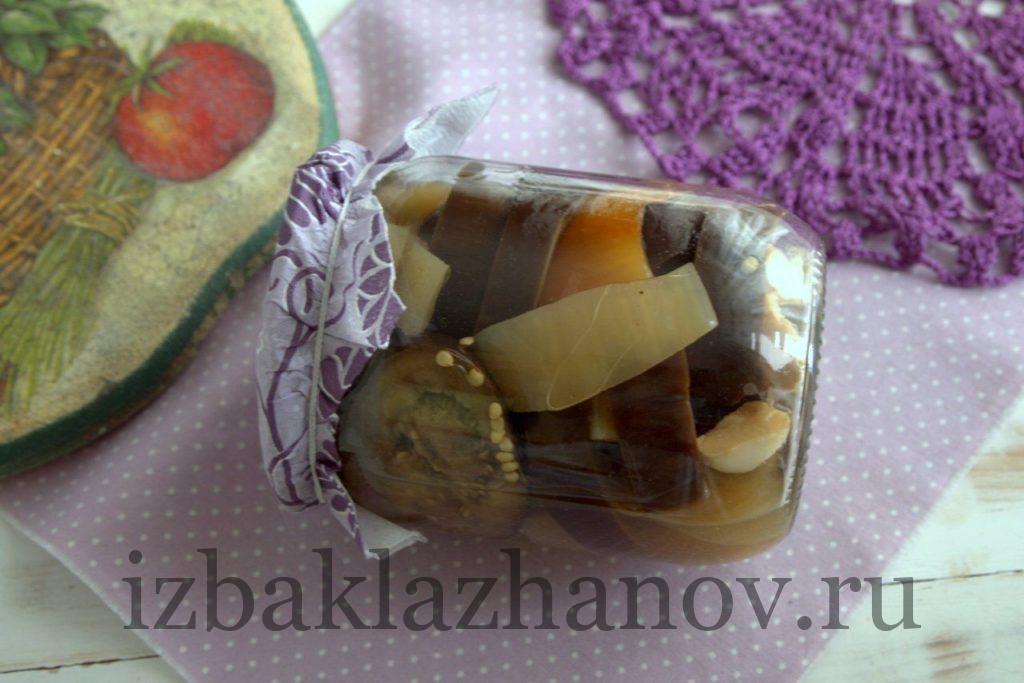 Банка с маринованными баклажанами со сладким перцем и кориандром