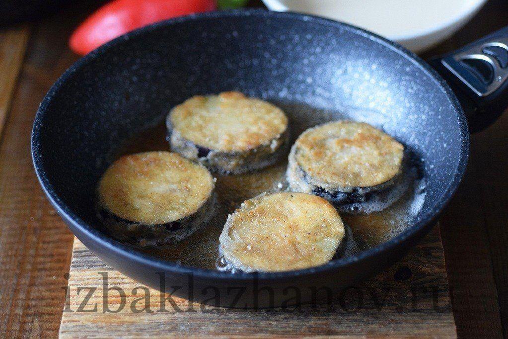 Кружки баклажанов обжариваются на сковороде