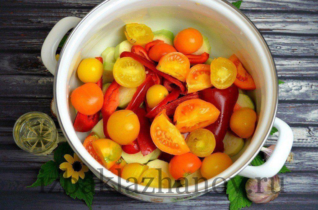 Помидоры, перец и кабачки в кастрюле для аджики