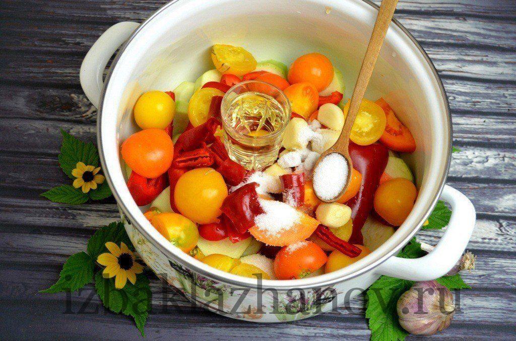 Подсолнечное масло с овощами для кабачковой аджики