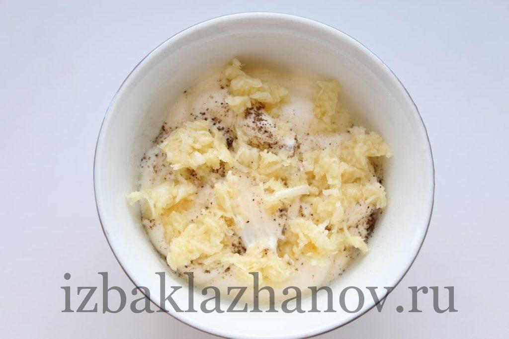 10. Смешиваем в одной посуде чеснок, соль и сметану
