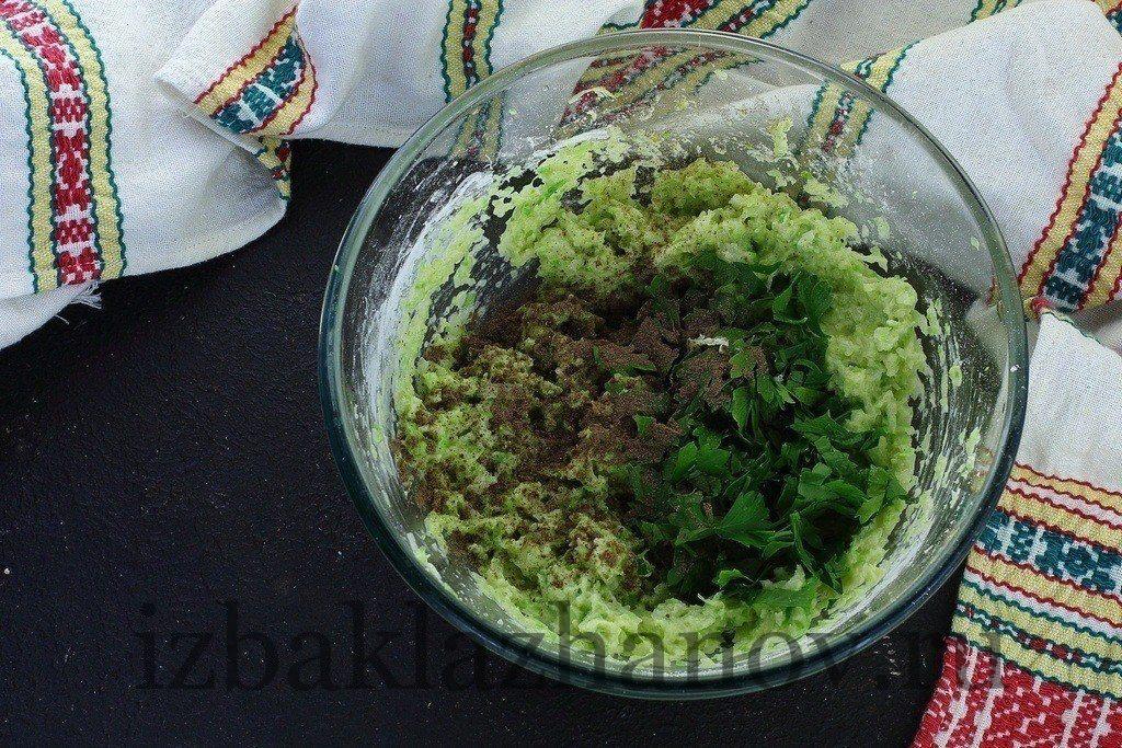 Зелень, соль и перец черный добавлены к овощному фаршу