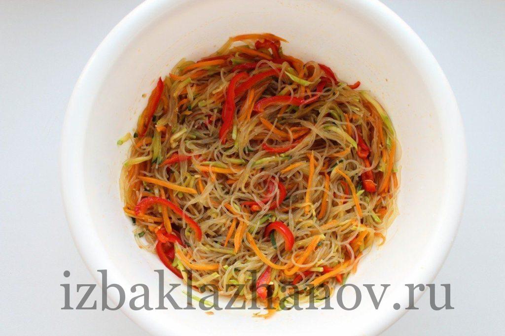 Перемешанный салат с фунчозой