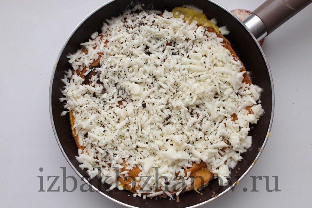 Тортилья с баклажанами посыпана сушеным базиликом