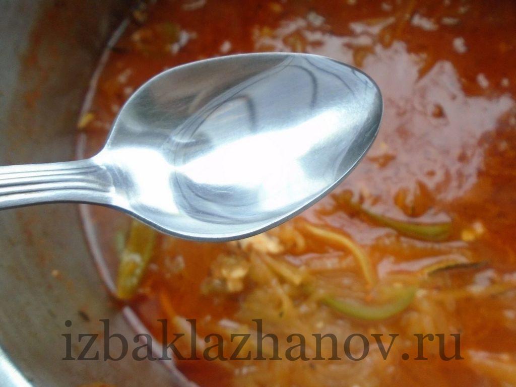 Уксус добавлен в острый салат из кабачков