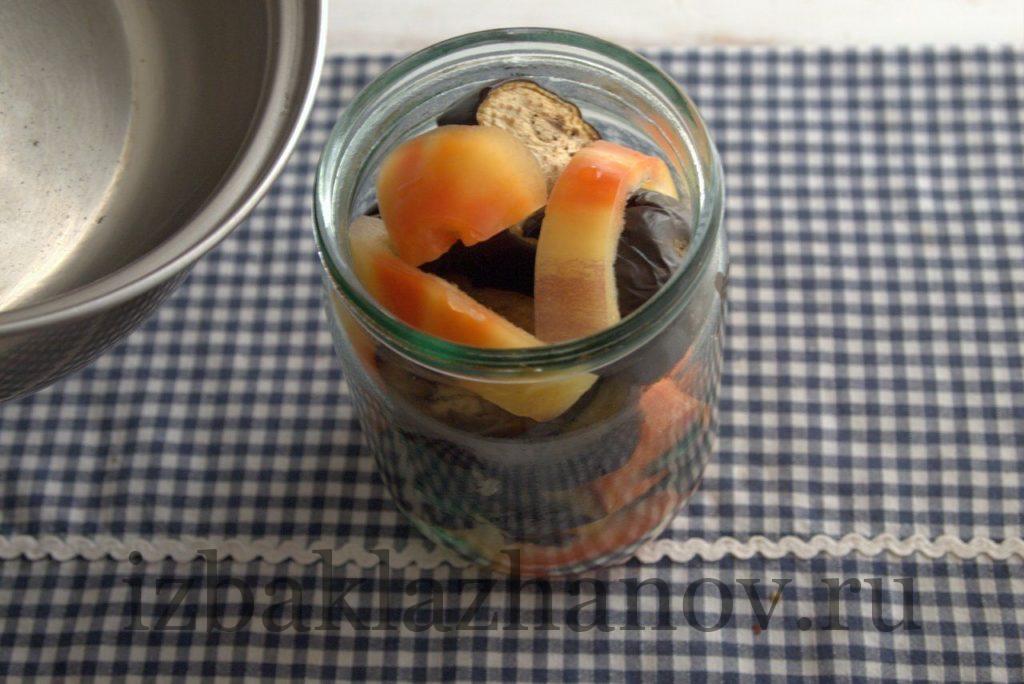 Кипящий маринад добавляем в банку к овощам с баклажанами.
