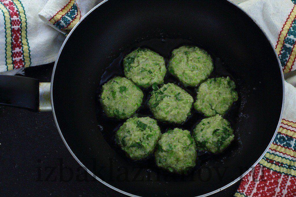 Котлеты из кабачка и капусты жарятся на сковороде